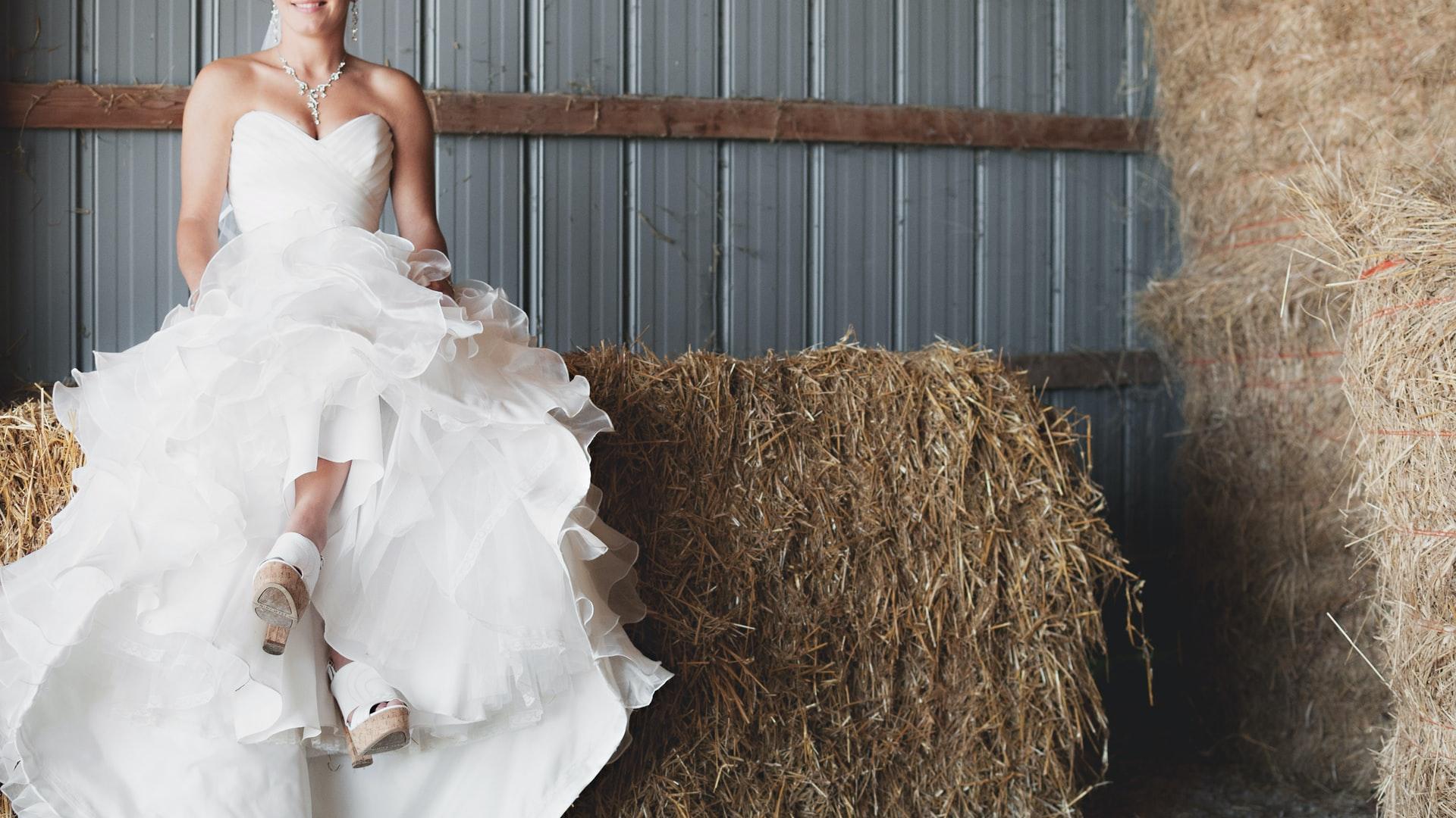Braut auf Strohballen