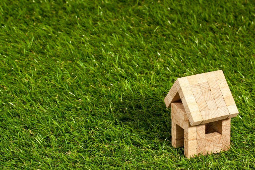 kleines Holzhaus auf Wiese